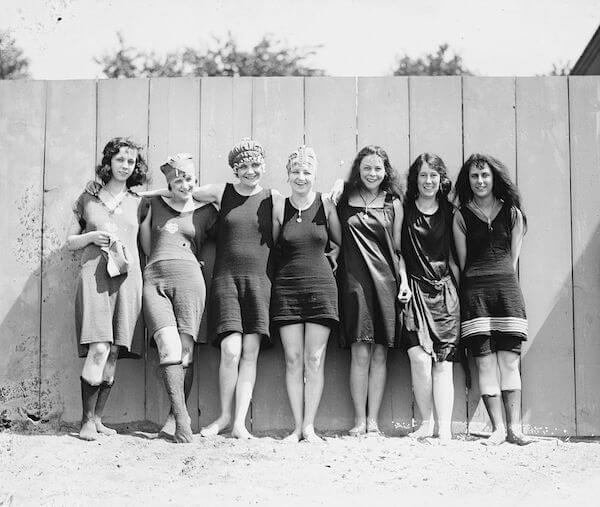 Women exposing their knees ca.1920